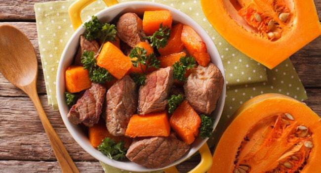 Аппетитная говядина тушеная с тыквой в мультиварке