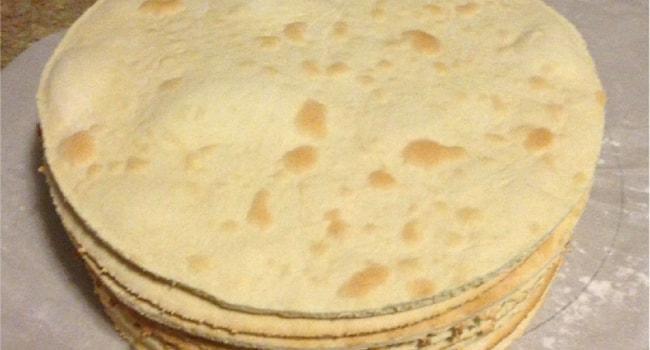 Испеченные коржи для торта Рафаэлло с творогом и заварным кремом