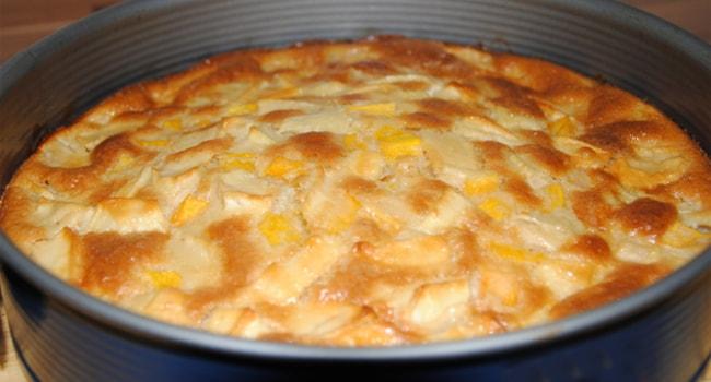 Шарлотка с тыквой и яблоками на кефире