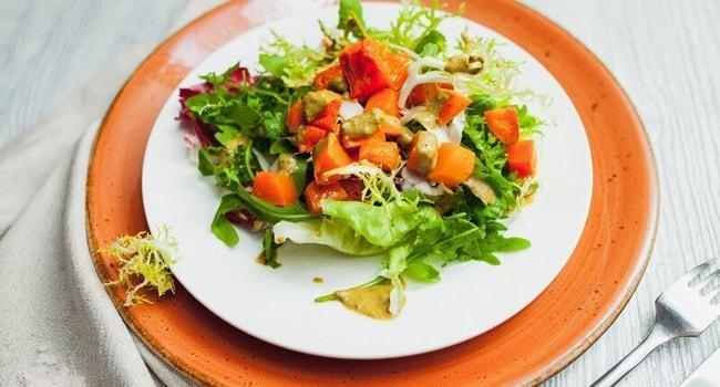 Вкусный теплый салат с тыквой и курицей
