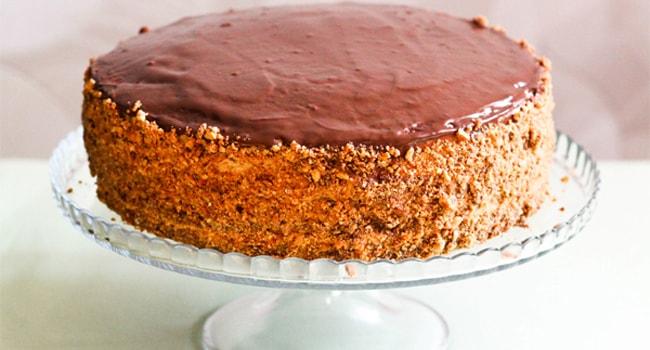 Так выглядит торт Сникерс с арахисом