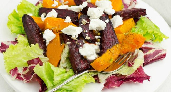 Так выглядит салат из тыквы и свеклы с сыром Фета