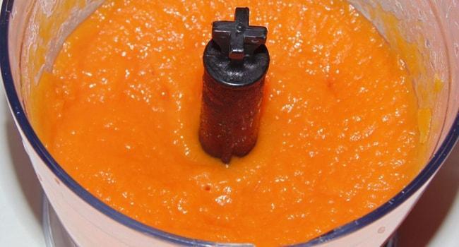 Для приготовления кекса тыкву взбить блендером