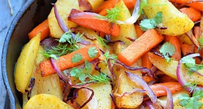 Так выглядит жареная тыква на сковороде с картошкой и луком