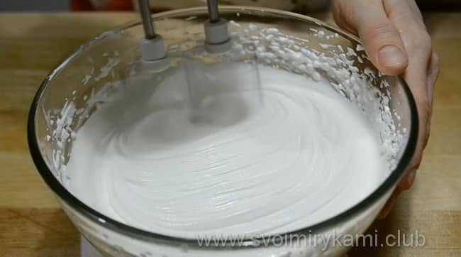 Пока наш торт на кефире печется, готовим крем