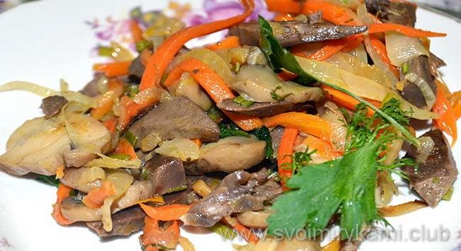 Салат из сердца без майонеза перекладываем на блюдо и подаем