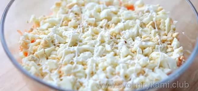 В салат из свеклы и моркови добавляем вареные яйца