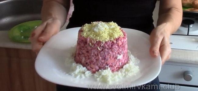 Готовый салат из свеклы с чесноком подаем к столу