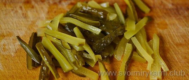Также добавляем в салат из сердцем огурци