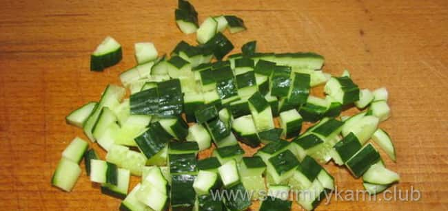 Добавляем огурец в салат из пекинской капусты
