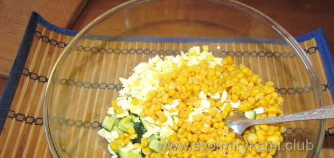 Перемешиваем ингредиенты для салата из пекинской капусты