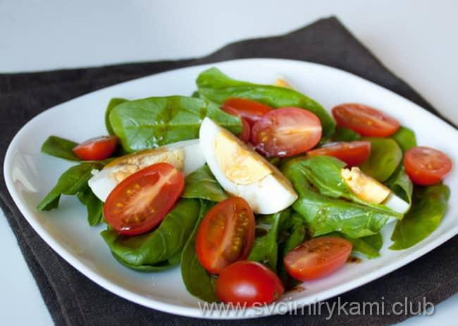 Готовый салат со свежего шпината с яйцом сделан по этому рецепту