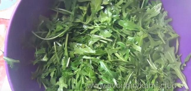 Очищаем и промываем шпинат для салата со шпинатом и рукколой