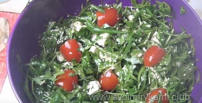 Готовый салат из шпината и руколлы