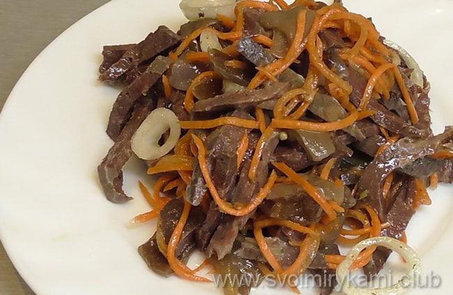 Морковь и сердце для салата из сердца перемешиваем в миске и добавляем другие ингредиенты