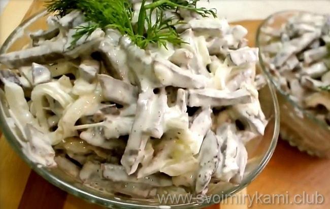 Готовый салат из сердца с маринованным луком перекладываем в салатницу