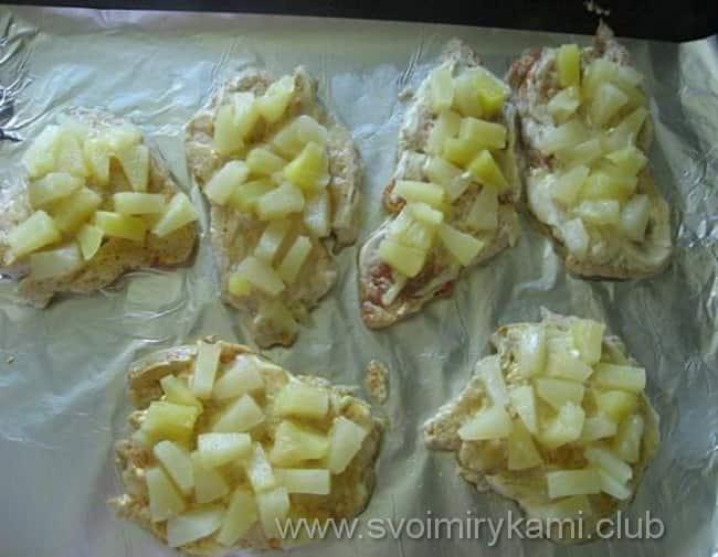 Для куриных отбивных с ананасом нарезаем кубиками ананас