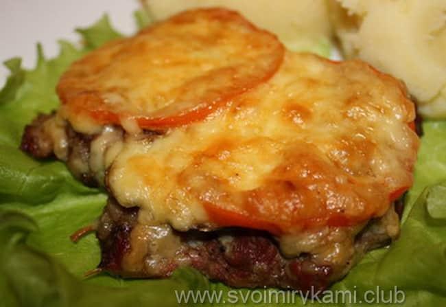 Готовые отбивные из говядины в духовке с помидорами и грибами подаем к столу