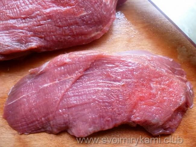 Мясную вырезку для отбивных из говядины в духовке режем и отбиваем