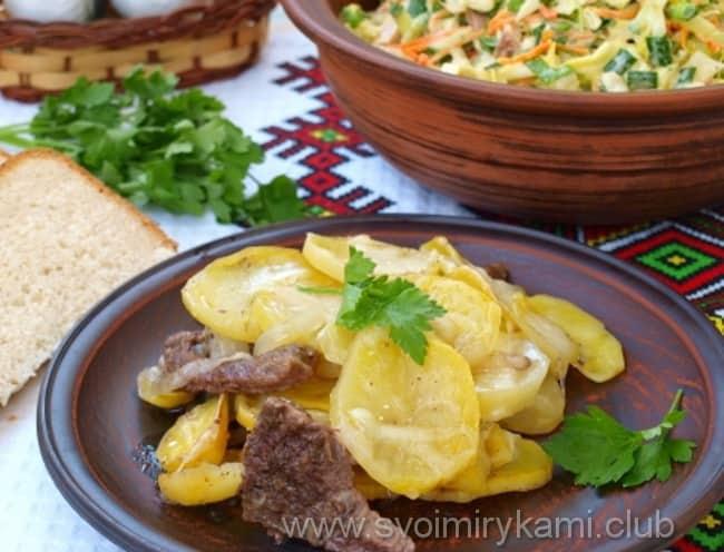 Отбивные из говядины в духовке с картофелем готовы к подаче