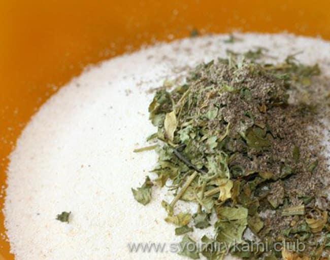 Перемешиваем манную крупу, зелень, специи и соль для отбивных из говядины в духовке