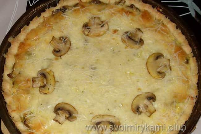 Открытый слоеный пирог с мясом, сыром и грибами из бездрожжевого теста готов к подаче на стол