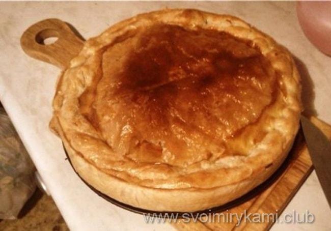 Вот так выглядит пирог из слоеного теста с мясом