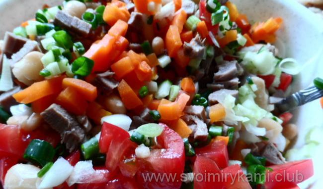 Добавляем в салат с языком помидоры, зелень, морковку