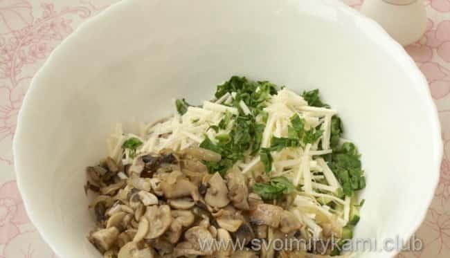 В салат с языком и грибами добавляем яйца и зелень