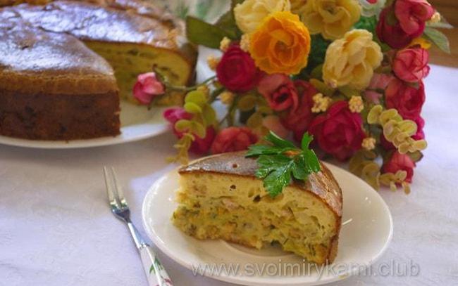Заливной пирог с мясом и капустой готов к подаче на стол