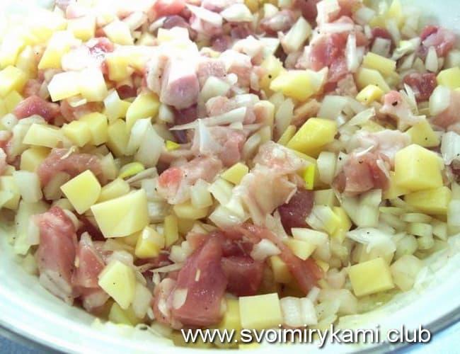 В заливной пирог с мясом и картошкой добавляем лук