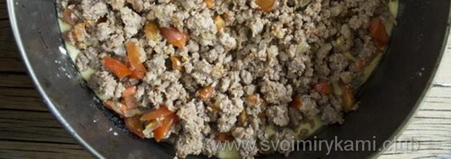 В заливной пирог с мясом ровным слоем выкладываем начинку