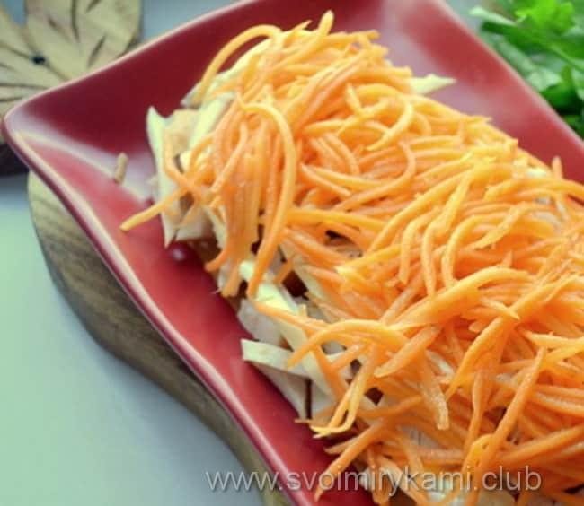 В салат парус кладем готовую корейскую морковку