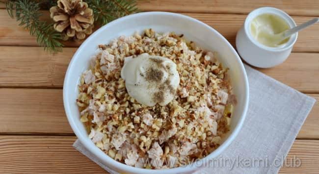 В салат красная шапочка добавляем орехи и перемешиваем лопаткой