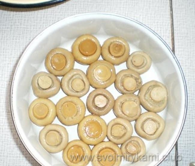 В салат лесная поляна грибы раскладываем в кастрюле шапками вниз