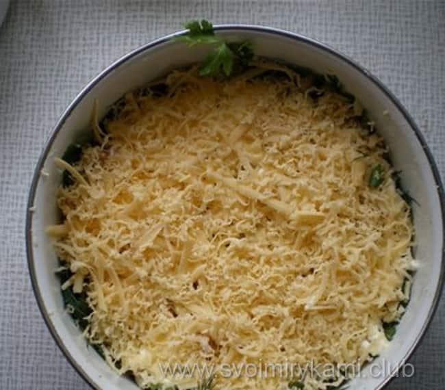 В салат лесная поляна натираем сыр на терке