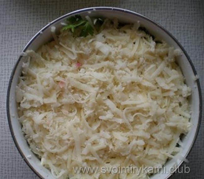 В салат лесная поляна выкладываем подготовленный отварной картофель