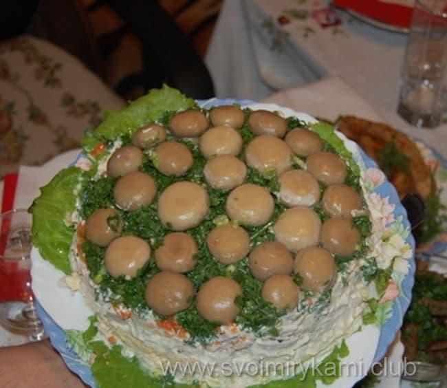 Наш салат лесная поляна готов к подаче на стол
