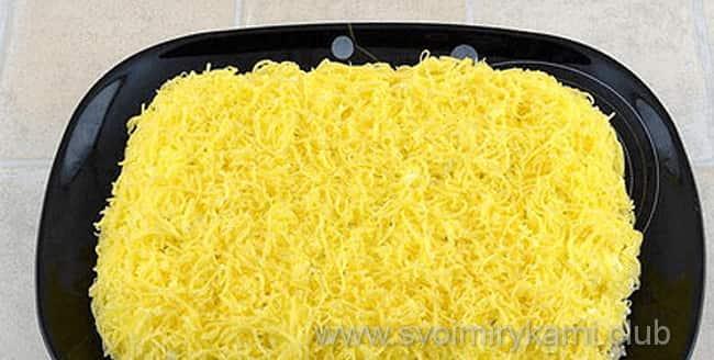 Сверху салат мужские грезы посыпаем сыром