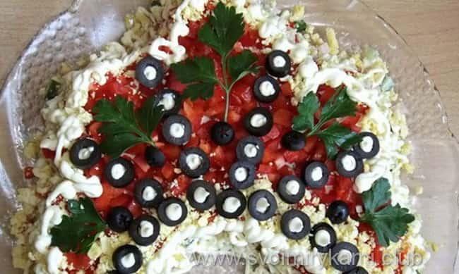 Украшаем салат русская красавица оливками, красной рыбой, клюквой и зеленью