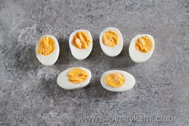 В салат с языком отвариваем яйца