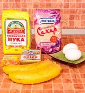 Все что нужно для приготовления маффинов с бананом.