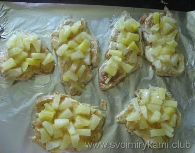Выкладываем ананас на каждую куриную отбивную с сыром и ананасом