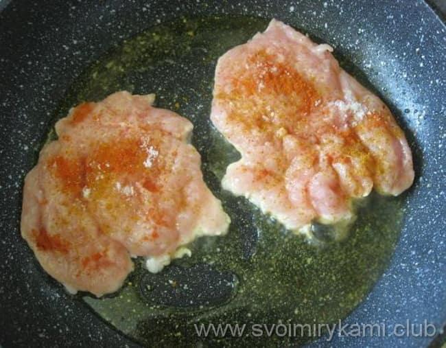 Куриные отбивные с сыром и ананасом выкладываем на противень