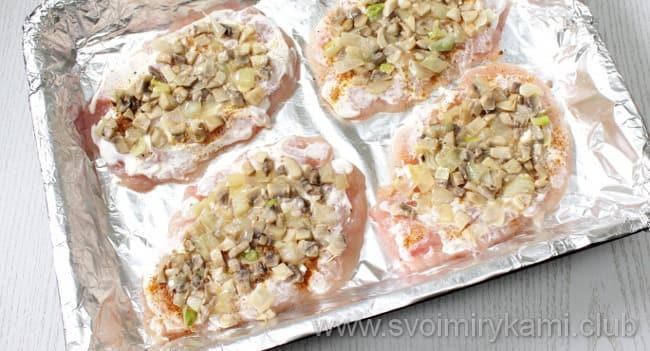 На каждую отбивную кладем грибы и готовим куриные отбивные с сыром