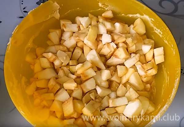 Смешиваем яблоко с тестом, чтобы оно оказалось внутри маффинов при выпекании