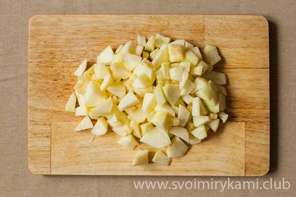 Нарезаем яблоко кубиками для добавления потом в маффины