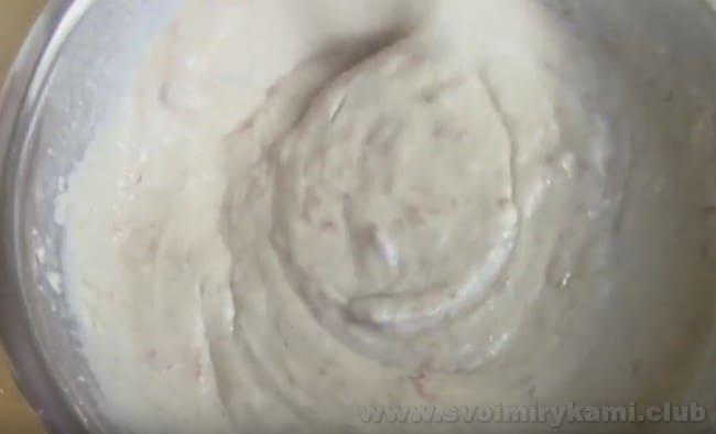 В зависимости от цвета варенья тесто для кекса может отличатся по яркости.