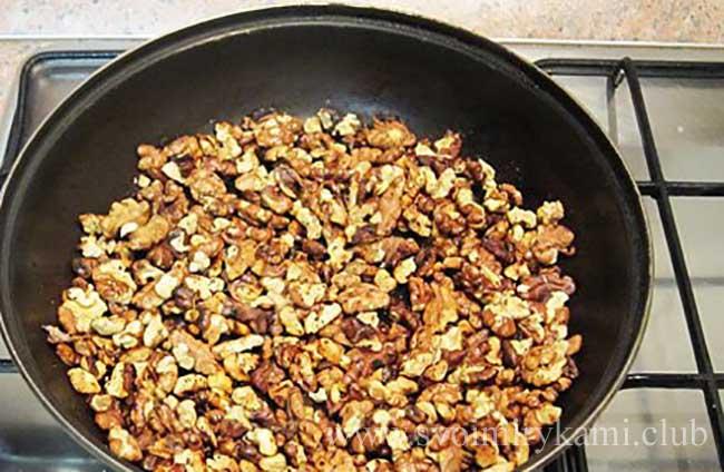 Подсушиваем орехи для морковного пирога