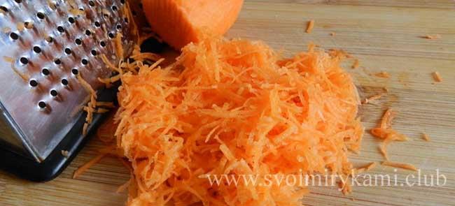 Натираем морковку для морковного пирога